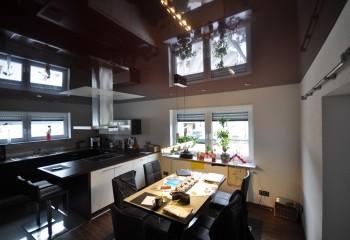 Натяжной потолок цвета бордо – глянец визуально делает помещение выше