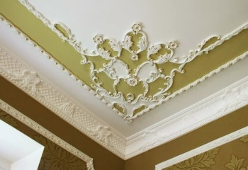 Антаблемент и красивый потолочный декор из полиуретана