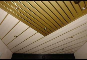 Комбинированное потолочное покрытие из двух видов металлических панелей