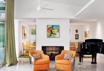 Потолок в нескольких уровнях в доме, оформленном в стиле фьюжн