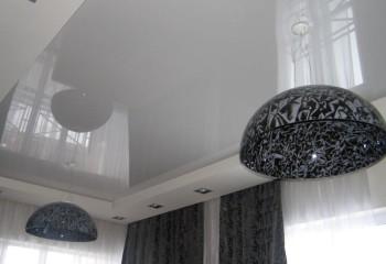 Светло-серый оттенок потолка подчеркнет оригинальные подвесные светильники