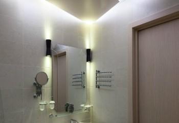Внутренняя подсветка оригинального по форме подвесного потолка