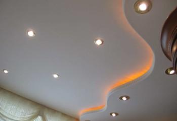 При помощи источников света можно повысить декоративность конструкции и подчеркнуть ее дизайн