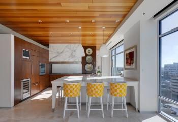Современная кухня-гостиная с потолком из паркетной доски