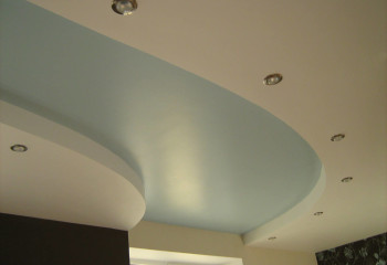 Комбинирование двух цветов в отделке подвесного гипсокартонного потолка