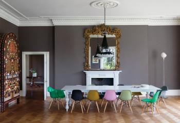Эклектика в интерьере: светло-серый потолок, обрамлённый красивым антаблементом