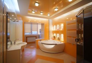 Глянцевые натяжные потолки в ванной цвета абрикоса