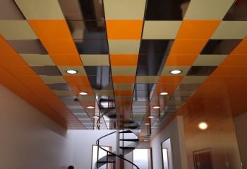 Весёлый многоцветный потолок избавит от монотонности коридор