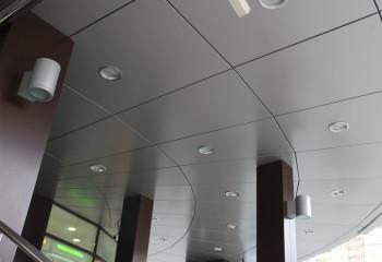 Облицовка потолка композитными панелями