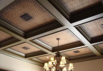 На кессонном подшивном потолке