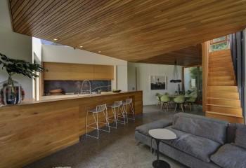 Деревянный потолок в помещении студийного типа