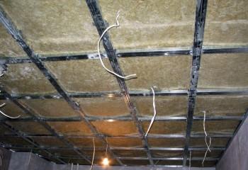 Теплоизоляция, заложенная в каркас подвесного потолка