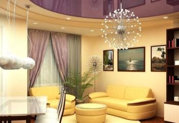 Натяжные потолки в гостиной глянцевые зрительно вытягивают комнату и выглядят завораживающе при правильной подсветке