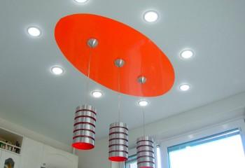 Двухцветный натяжной потолок с оригинальными светильниками