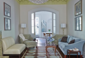 Сложный по форме и контрастный по окраске плинтус является основным украшением комнаты