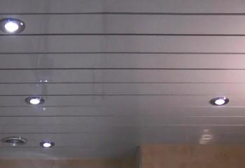 Однотонный глянцевый потолок