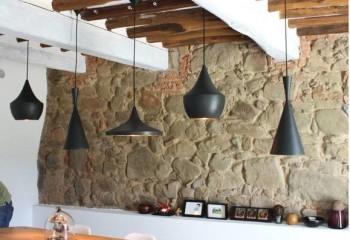 Отлично сочетаются с акцентной стеной из природного камня