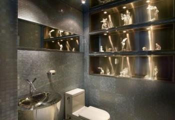 В небольшом помещении санузла зеркальный потолок будет очень уместен