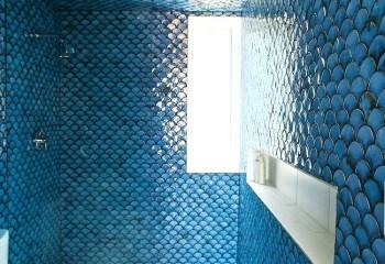 Керамика, имитирующая рыбью чешую – интересное тематическое решение для ванной комнаты