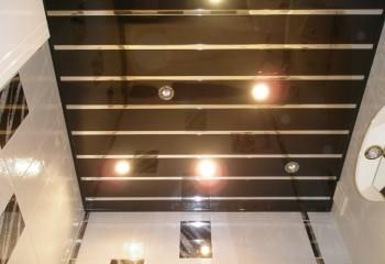 Потолок реечный для ванной с зеркальным покрытием
