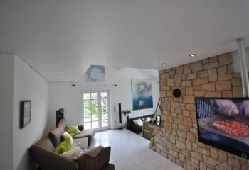 Натяжному потолку можно придать любую форму в плоскости, или сделать его многоуровневым или даже волнистым