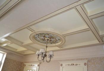 В кессонный потолок вмонтирован небольшой витраж