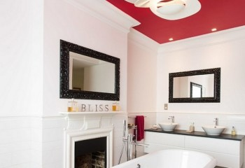 Оригинальное сочетание цвета ванны и натяжного полотна