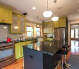 Покраска потолка на кухне: выбор материала и поэтапное выполнение работ