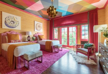 Потолок, оштукатуренный по утеплителю, можно красиво отделать при помощи краски или обоев