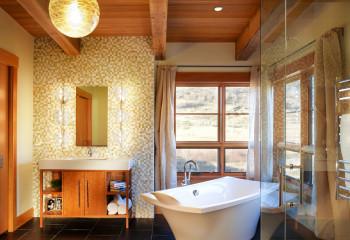 Деревянный потолок является основным украшением в этой комнате