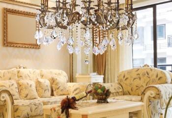 Низко подвесить люстру можно только при высоте потолка 2,8-3 м, либо если она освещает только конкретную зону