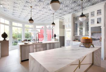 Оригинальное оформление потолка на кухне