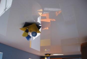 Лаковый потолок в серых тонах