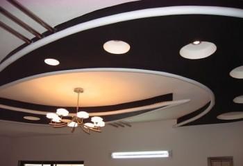 Сочетание черного и белого цвета на потолке