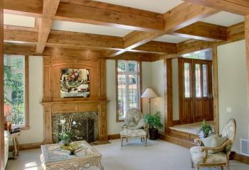 Чтобы не было резких контрастов, гипсокартон лучше комбинировать с потолочными балками – можно декоративными