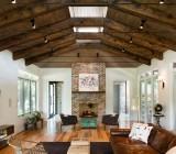 Красивый и оригинальный дизайн деревянного потолка может быть ещё и практичным