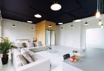 Вряд ли какой-то другой стиль сможет «вынести» потолок такого цвета