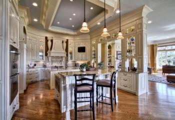 Декоративный багет отлично подходит для классического потолка