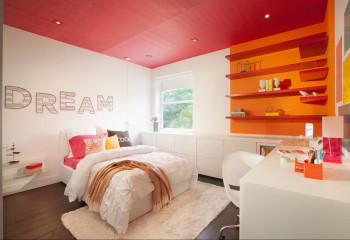 Использование насыщенного цвета на потолке возможно при условии, что стены будут иметь светлую нейтральную тональность