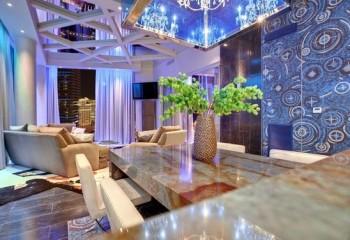 Специально подобранное освещение способно сделать потолок необыкновенно красивым