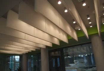 Система Knauf AMF Baffle – отдельные панели, подвешенные под потолком, создают впечатление невесомости
