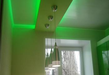 Подвесная гипсокартонная конструкция может использоваться в небольшой кухне в качестве отдельного декоративного фрагмента