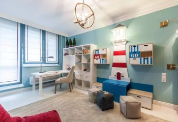Учебная комната для подростка в морском стиле, в соответствии с которым выбран и светильник