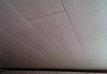 Потолок, обшитый МДФ панелями