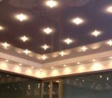 Установка светильников в натяжной потолок – от планирования до конечного результата