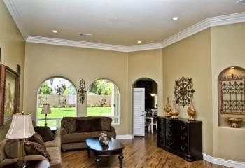 Для обрамления натяжного потолка нужен плинтус, который клеится только к поверхности стены