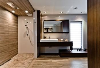 Комбинированная потолочная конструкция из ламинированного пластика и натяжной плёнки со встроенным освещением