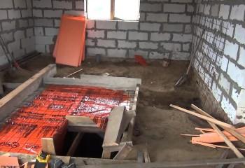 Заливка на земляной пол, который является потолком цокольного этажа