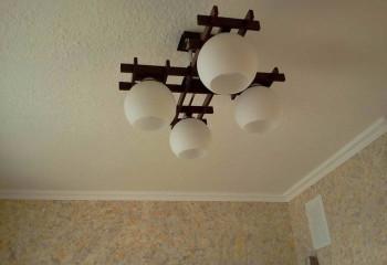 Жидкие обои можно покрасить в белый цвет, чтобы визуально увеличить высоту помещения