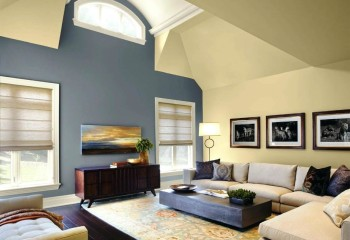 Потолок мансардного типа окрашен в тон со стенами